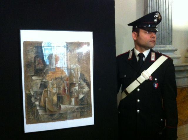 """Le tableau """"Violon et bouteille"""" de Picasso, retrouvé en 2014 par les carabiniers"""