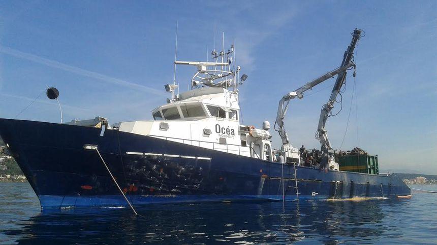 Le bateau installé à Golfe Juan pour sortir les pneus de l'eau