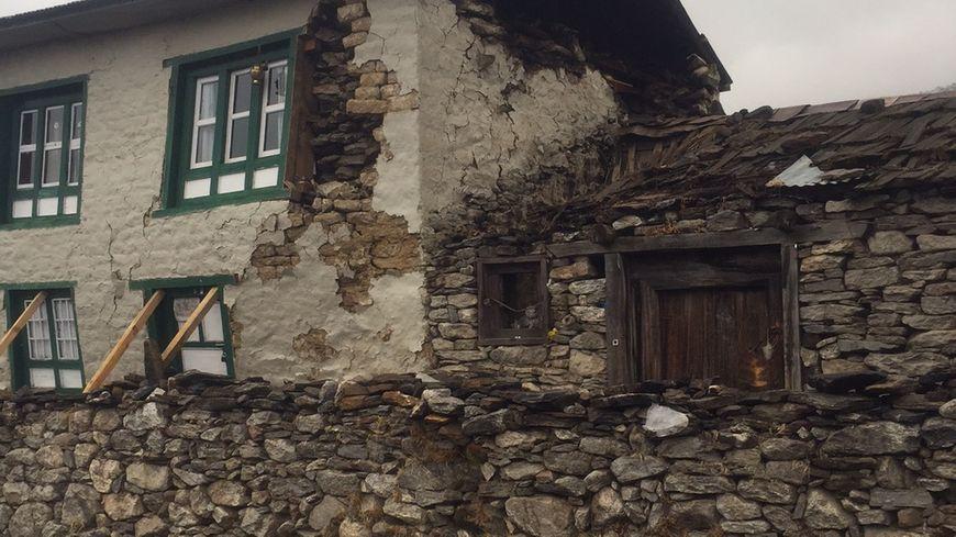 Dans le village de Khumjung, où vit la famille de Jeremie et Ngima Yangjee, 90% des maisons sont endommagées.