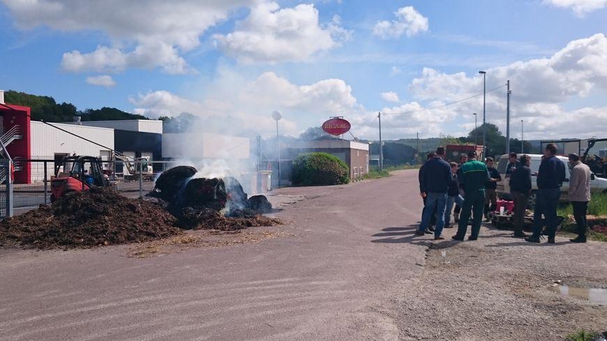 Les éleveurs bovins de Côte d'Or bloquent l'accès à l'abattoir Bigard de Venarey-Les Laumes