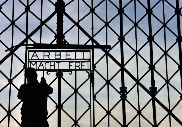 Une réplique de la porte d'entrée du camp de Dachau a été installée. La vraie ayant été volée en novembre 2014.