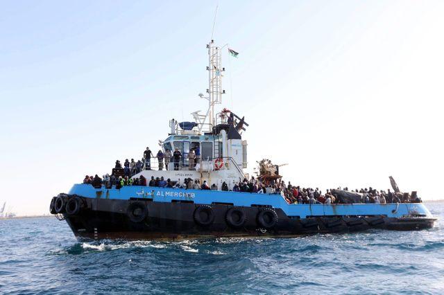 Un bateau de migrants au large des côtes italiennes