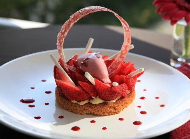 Tarte fraises, rhubarbe, thym citron.