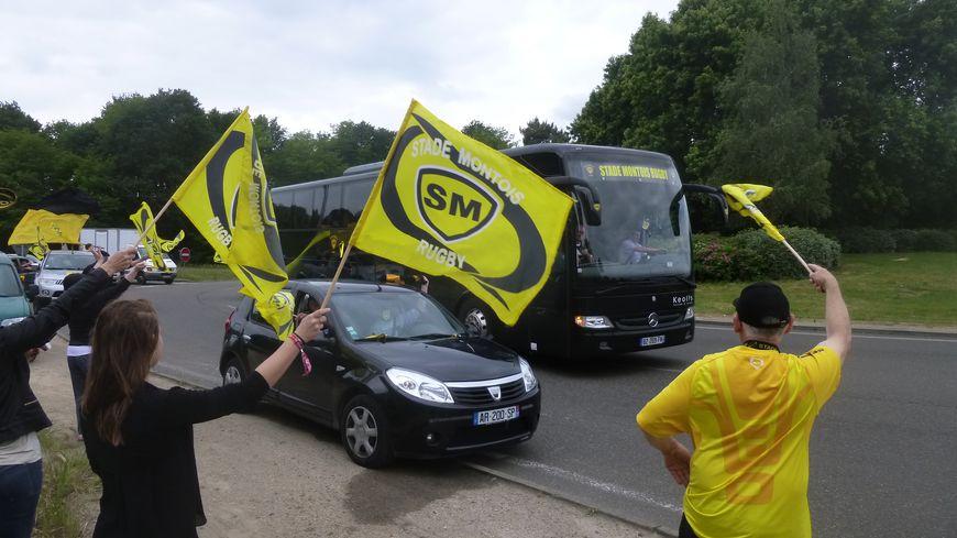 Finale de ProD2 : le bus du Stade Montois Rugby escorté par les supporters