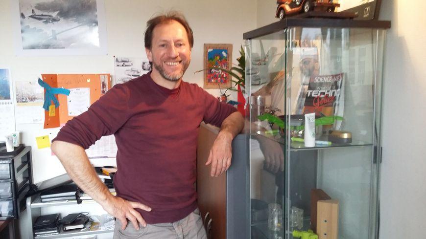 Alain Devèze, l'inventeur ligérien dans son bureau
