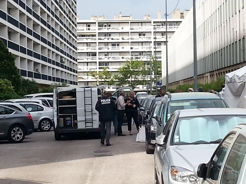 La police scientifique fait les premières constations après la mort d'un homme abattu dans le 8ème arrondissement de Marseille