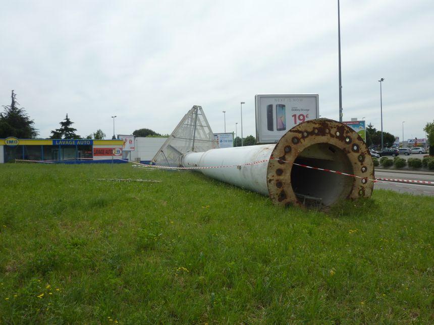 Le totem Leclerc de Bourg lès Valence a été démonté, le 7 mai 2015