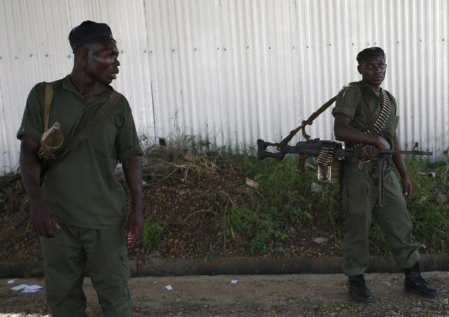 Les soldats de l'armée burundaise, loyaux au président essayent de reprendre le contrôle des radios privées.