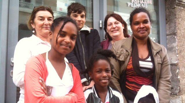 Christine Bernard, la secrétaire générale du Secours Populaire de Dordogne (à gauche) avec deux familles partant pour Disneyland