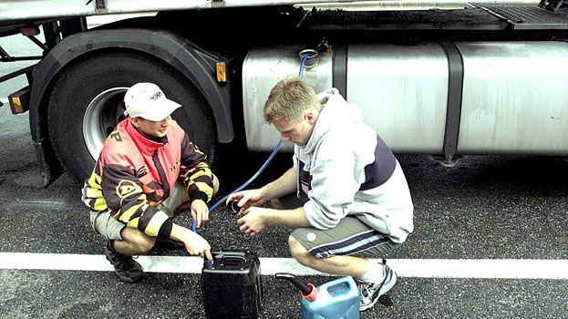 Siphonnage d'essence sur un camion