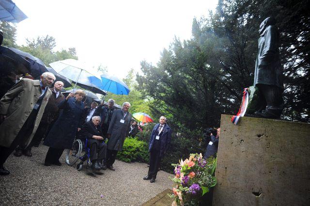 Angela Merkel était entourée par d'anciens déportés de Dachau et des vétérans américains.
