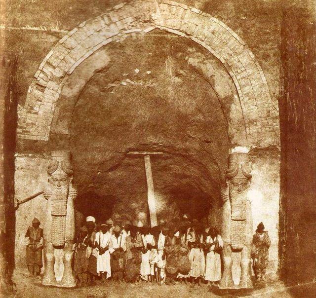 Une des portes du palais de Khorsabad lors des fouilles de Victor Place - Gabriel Tranchard en 1853