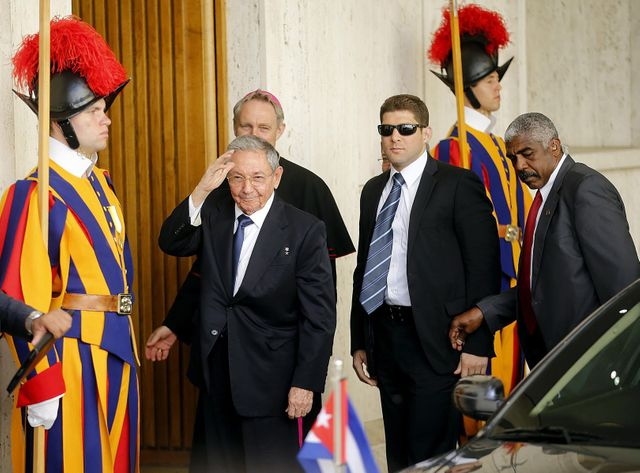 Une dizaine de gardes suisses en grand uniforme étaient au garde-à-vous devant le bâtiment pour accueillir Raul Castro