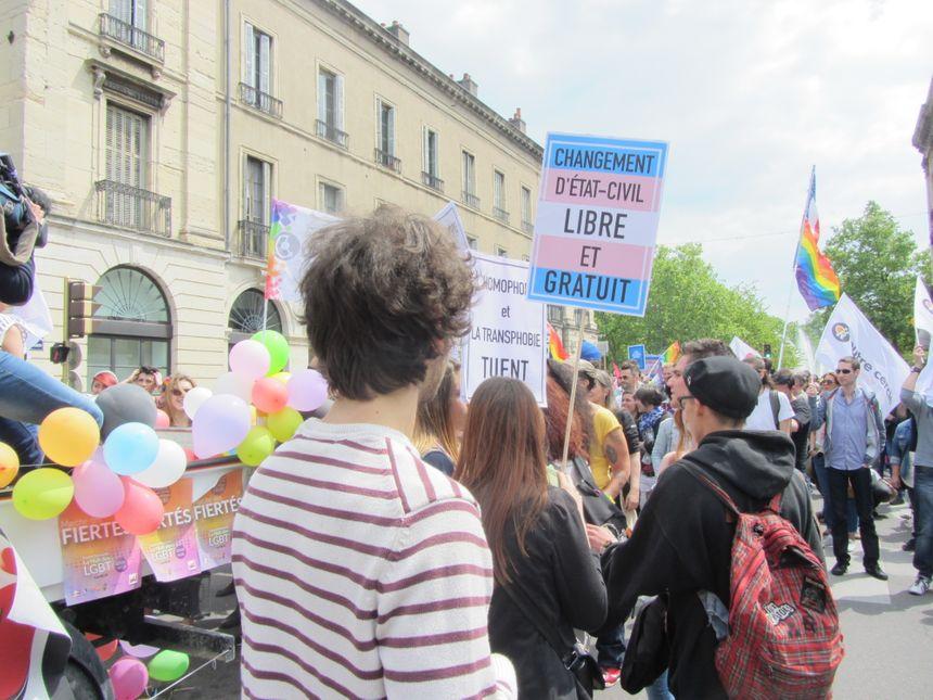La communauté LGBT milite pour que les personnes transgenres puissent choisir leur état-civil.