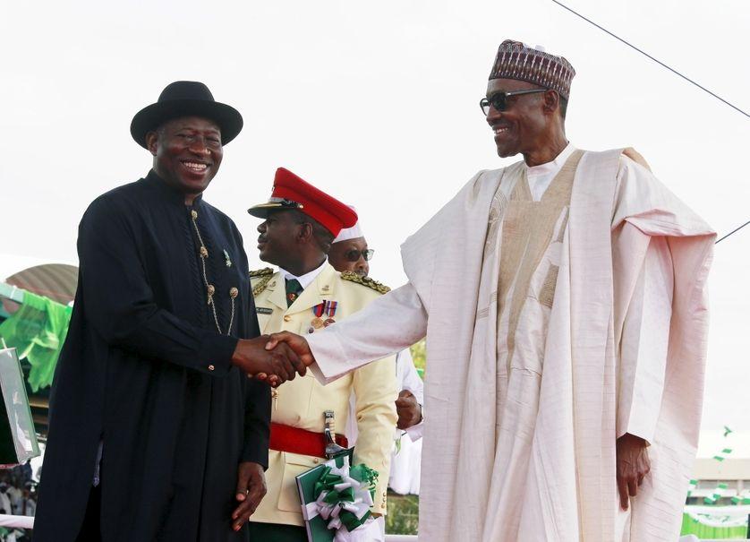 Passation de pouvoir entre (à g.) Goodluck Jonathan, ancien président du Nigéria & Mohamed Bouhari à Abuja, Nigeria.