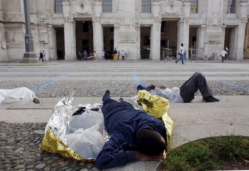 Migrant endormi au pied de la gare centrale de Milan, le 12 juin 2015
