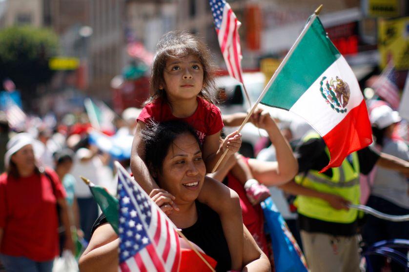 Une mère et sa fille, portant des drapeaux mexicains et américains lors de la Marche des Travailleurs Immigrés, 2 Mai 2013, Los
