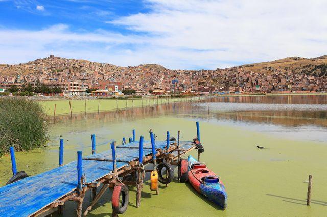 Ponton sur le lac Titicaca, Pérou