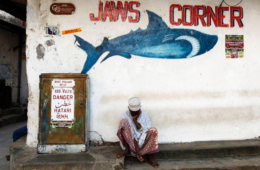 Un homme assoupi dans les rues du centre historique de Stone Town, sur l'île de Zanzibar.