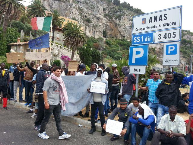 Des migrants de la corne d'Afrique manifestent à la frontière pour pouvoir passer en France
