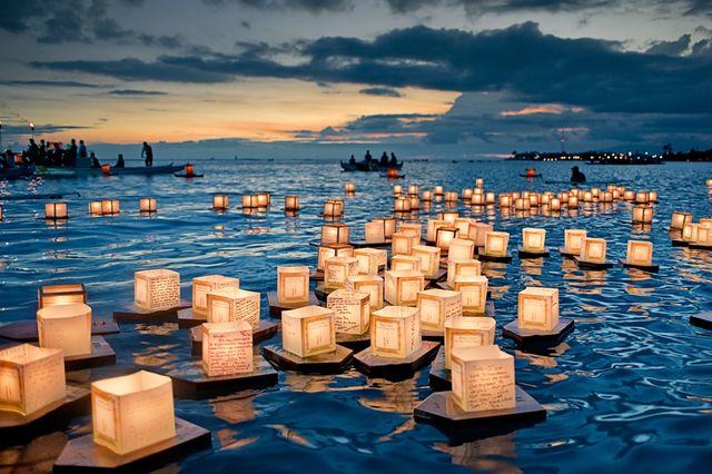 Lanternes flottantes lors d'une cérémonie à Hawaï