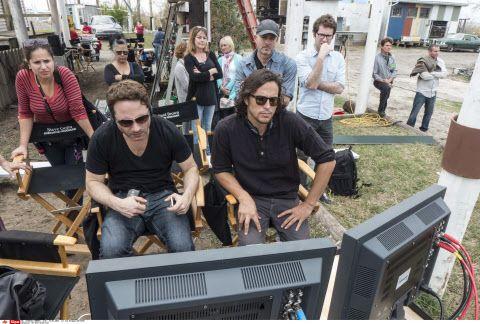 """Sur le tournage de """"True Detective"""" : à gauche, Nic Pizzolatto, créateur et scénariste, à droite Cary Fukunaga, réalisateur."""