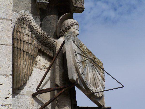 L'ange au cadran angle sud ouest de la cathédrale de Chartres  ©D.R.