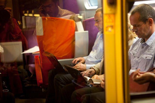 Hommes d'affaires, dans le train.