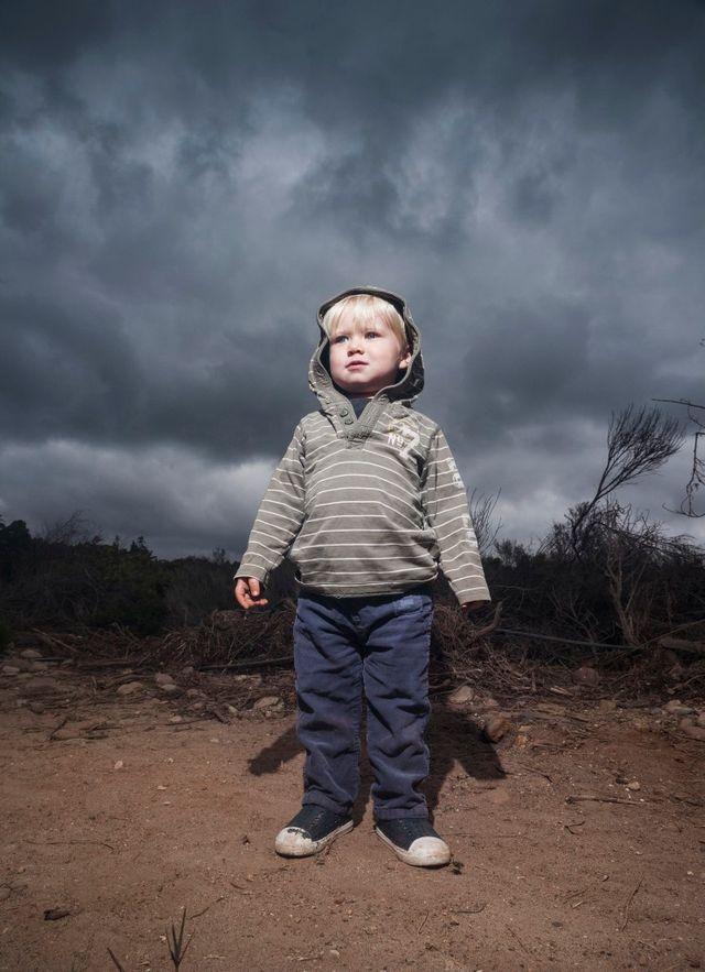 Jeune enfant dans la tempête