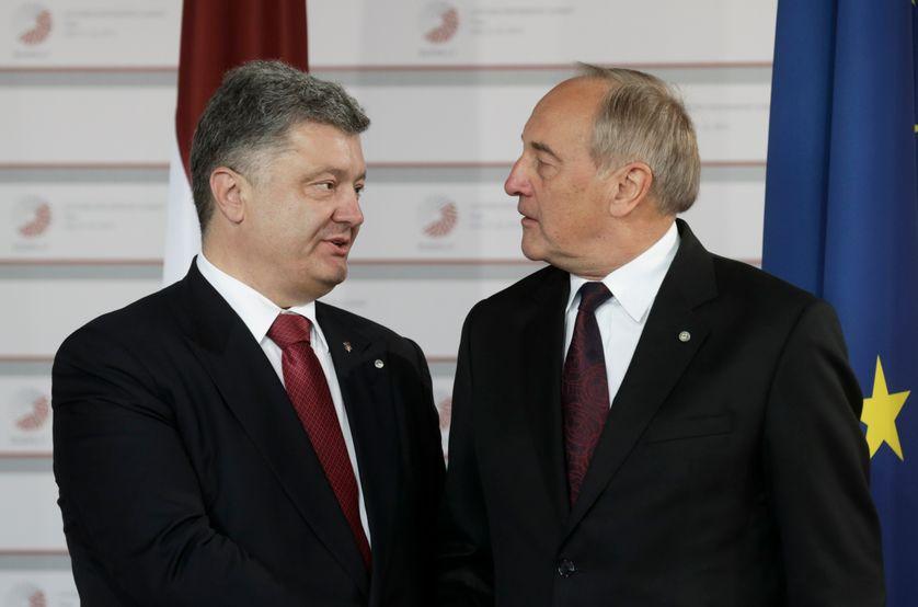 Le président letton Andris Berzins, accueille le président ukrainien Petro Porochenko