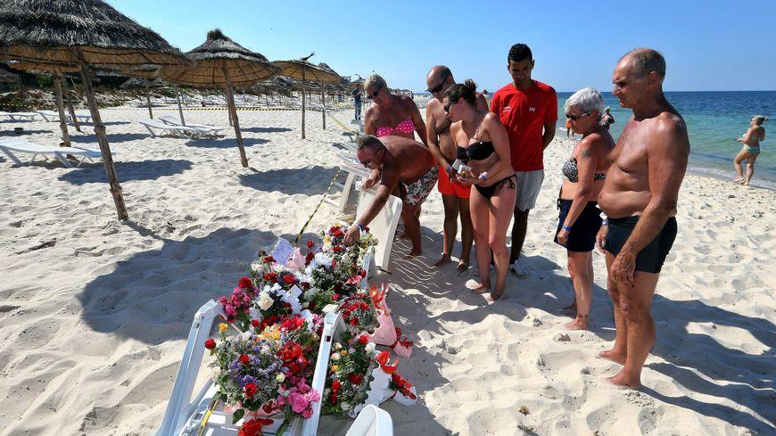 tunisie une manifestation pour les victimes et contre le terrorisme sur la plage de l 39 h tel. Black Bedroom Furniture Sets. Home Design Ideas