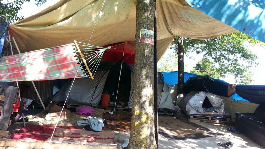 Les campements Sahraoui sous le pont Saint-Jean à Bordeaux