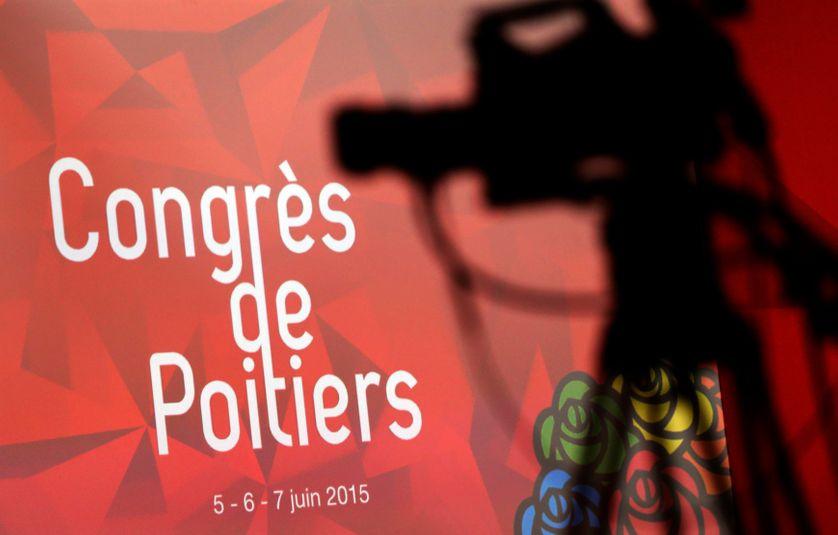 La silhouette d'une caméra de télévision est projetée sur un panneau annonçant le congrès du Parti socialiste