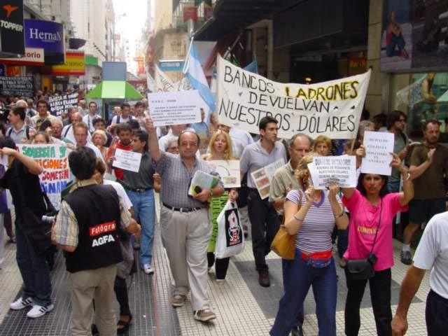 """Manifestation à Buenos Aires en 2002, où on peut lire : """"Banques, voleurs, rendez-nous nos dollars !"""""""