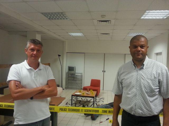 Légende: Le capitaine Franck Cabald, chef du centre national de formation, et Franck Studer, technicien en chef, au siège de la