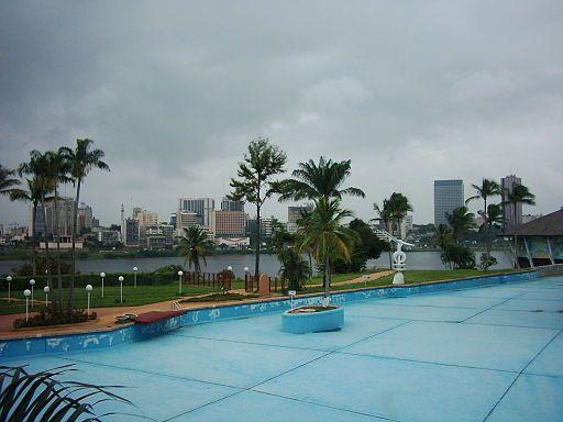 A Abidjan en juin 2004, la vue de la piscine (vide) de l'hôtel Ivoire et du quartier du Plateau