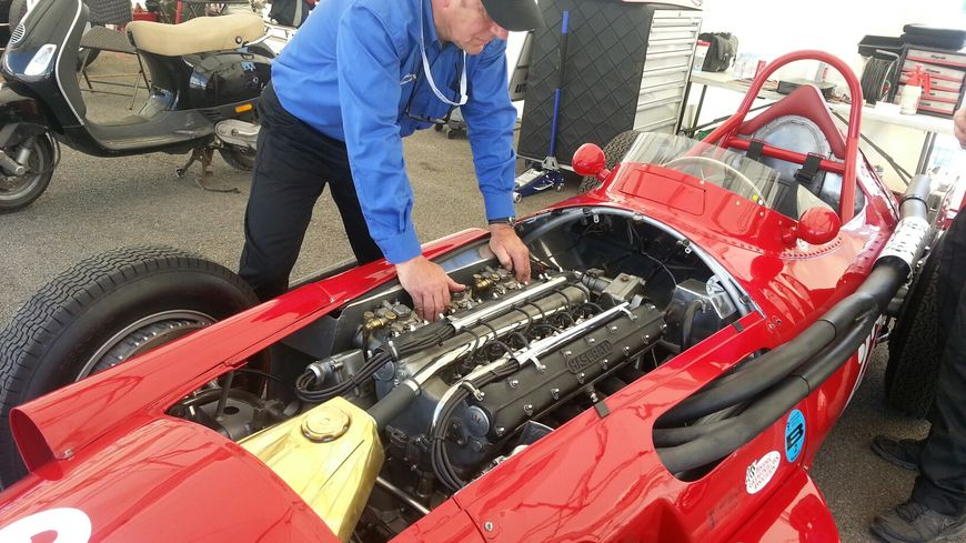 Les mécaniciens s'occupent de perfectionner les voitures