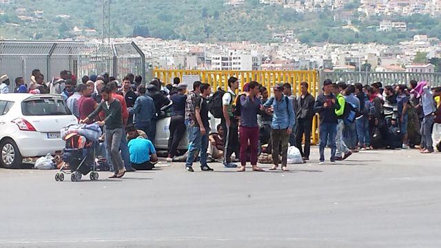 Les migrants patientent devant la capitainerie du Port de Mytilène – Lesbos