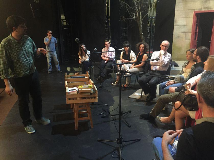 Tiago Rodrigues sur la scène du Théâtre National de Lisbonne avec les participants à l'enregistrement de By Heart