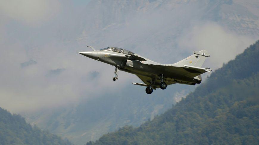 Rafale en vol devant une montagne (Illustration)