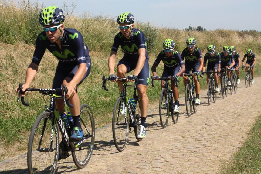 Nairo Quintana , Alejandro Valverde, et le reste de l'équipe Movistar sur le dernier secteur pavé avant Cambrai