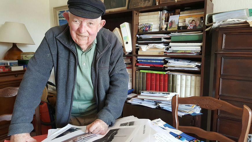 Devant sa bibliothèque où l'on retrouve les discours de De Gaulle, Alexis Le Gall compile les documents sur la guerre.