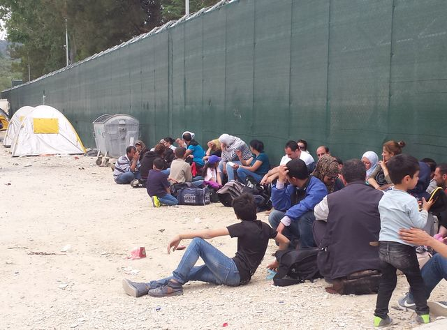 Devant le centre de rétention de l'île de Lesbos.