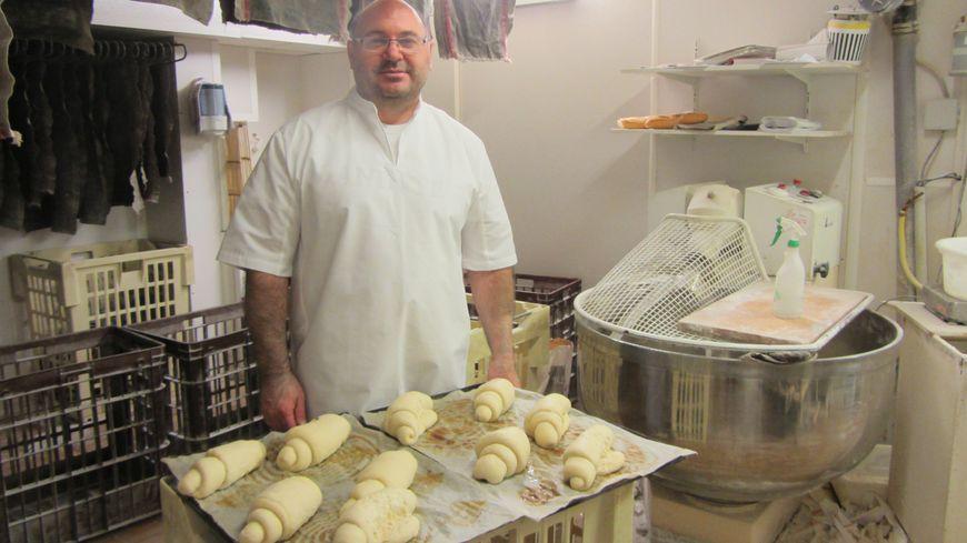 A Auxonne, Enrico Ferrari, boulanger, propose de faire livrer ses baguettes par le facteur.