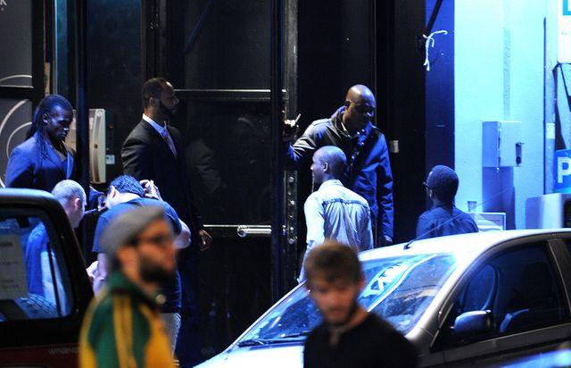 Des agents de sécurité travaillant devant une boîte de nuit à Lille.