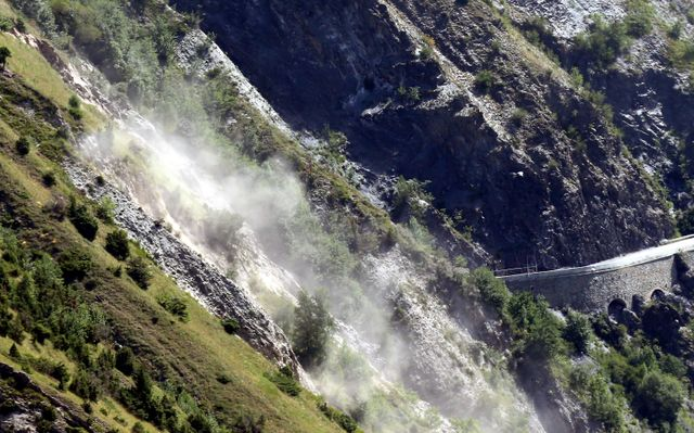 Un petit pan de montagne tombe dans le lac du Chambon