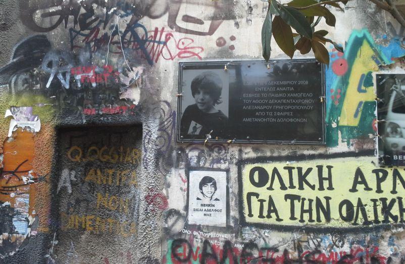 Sur les murs d'Exarchia, plaque à la mémoire d'Alexandros Grigoropoulos tué en 2008 par un policier