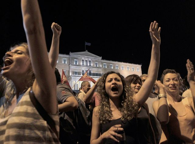 """Scène de liesse à Athènes après la victoire du """"non"""" au référendum."""