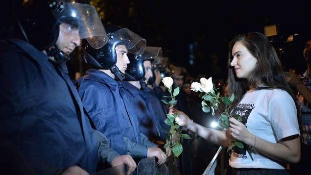 Après plus de 8 jours de manifestations et d'affrontements violents avec les forces de police, une jeune arménienne offre une ro