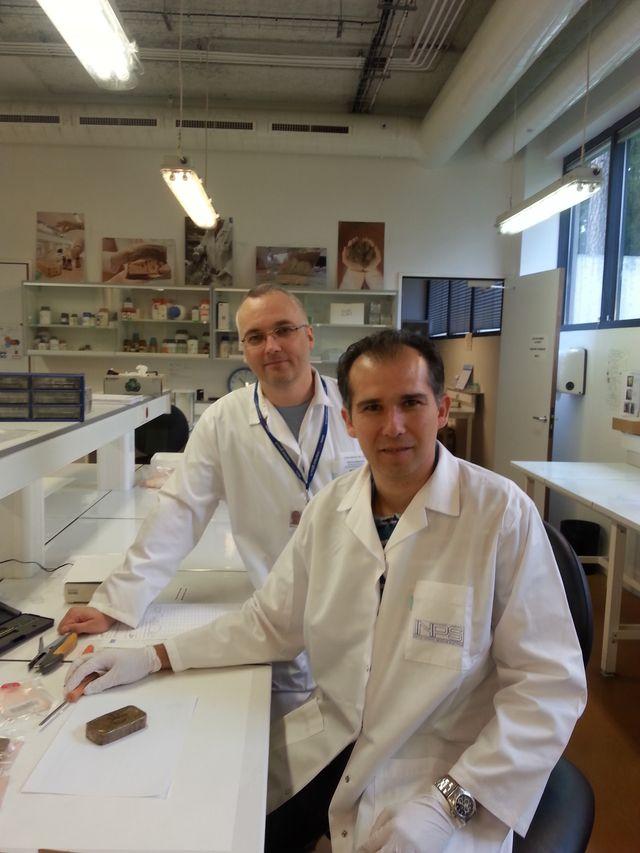 : Fabrice Besacier, chef de la division chimie de l'INPS à Ecully, et Cédric Prudhomme, technicien